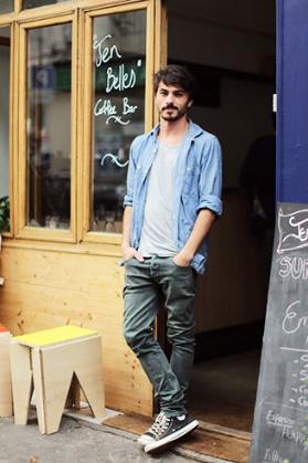 リネンのサックスブルーシャツにダークカラーのパンツをコーデする男性