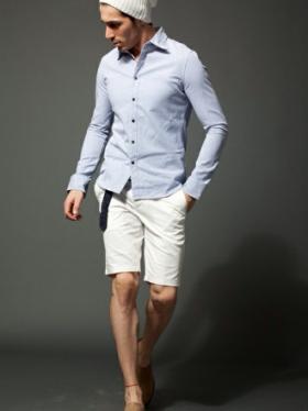 白ショーツに水色シャツをコーデする男性