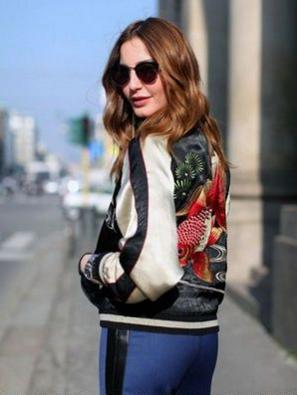 スカジャンにスウェットのタッキーファッションの女性