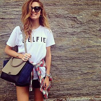 Tシャツにショートパンツをコーデする女性