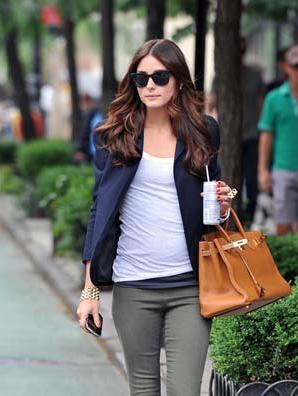 ジャケットにパンツを合わせたコーデにフォックスタイプのサングラスを合わせた女性