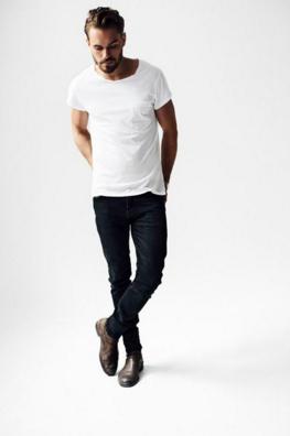 Tシャツにブラックデニムにベルトを合わせるコーディネート
