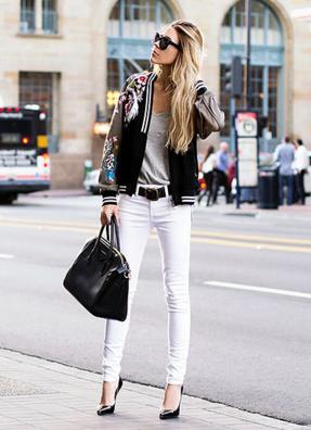 派手なスカジャンにホワイトパンツをコーデする女性