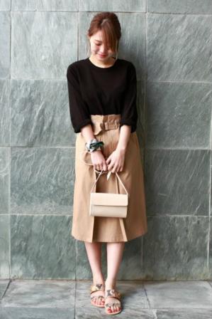 黒いTシャツにミモレ丈スカートをコーデする女性