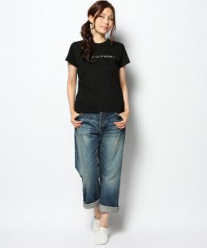 黒いTシャツにボーイフレンドデニムをコーデする女性
