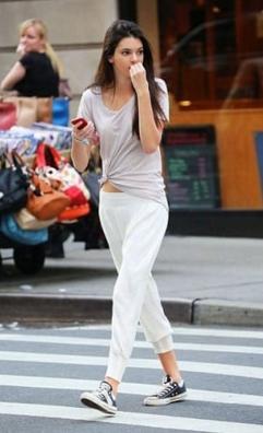 白いスウェットにTシャツ、スニーカーをコーデする女性