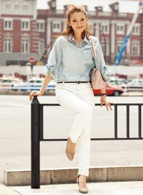 ブルーシャツに白スキニーを合わせる女性