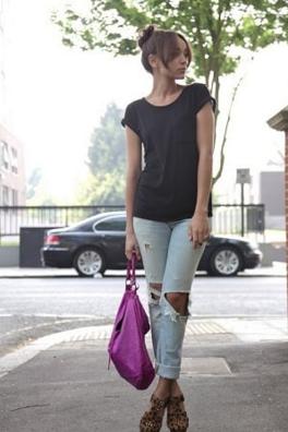黒Tシャツにクラッシュデニムをコーデする女性