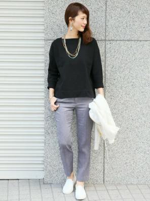黒の7分丈Tシャツにグレーのスラックスをコーデする女性