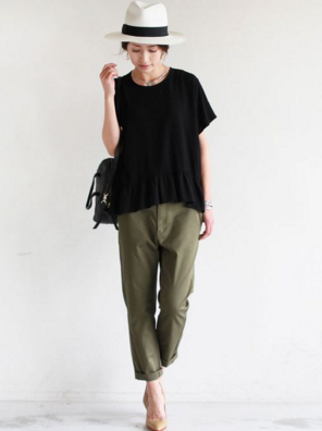 黒Tシャツにカーキパンツをコーデする女性
