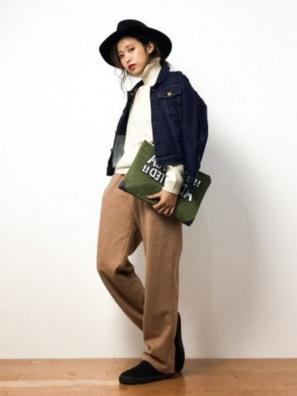 ベージュのワイドパンツにデニムジャケットをコーデする女性