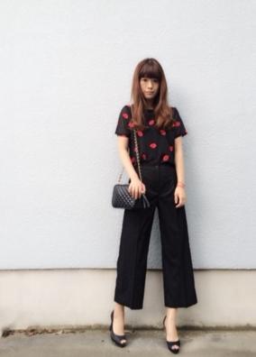 黒のガウチョパンツに黒いTシャツをコーデする女性