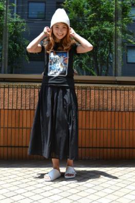 ロックTにロングスカートをコーデする女性