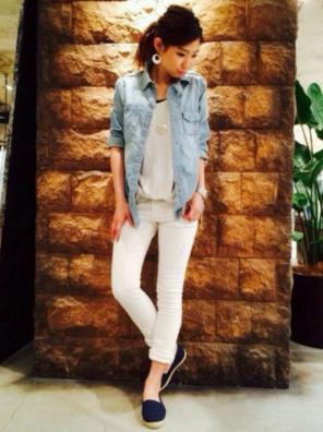 デニムシャツに白パンツをコーデする女性