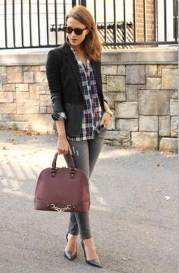 黒ジャケット、チェックシャツ、グレースキニーをコーデする女性