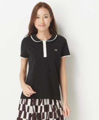 チェックスカートに黒のポロシャツをコーデする女性