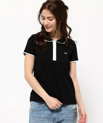 デニムスカートに黒のポロシャツをコーデする女性