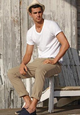 Tシャツにベージュパンツというシンプルなコーディネートの男性