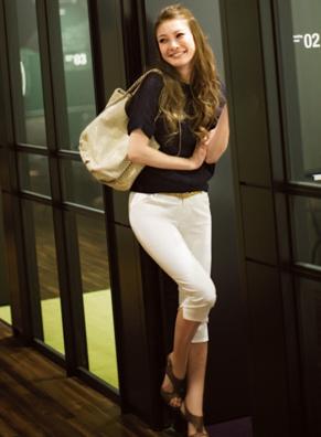 ひざ下丈のホワイトパンツを上手にコーデする女性
