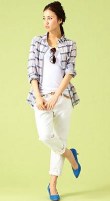 チェックシャツに白いパンツをコーデする女性