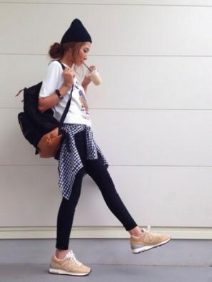 Tシャツにスキニーパンツをコーデ、足元はニューバランスを履く女性