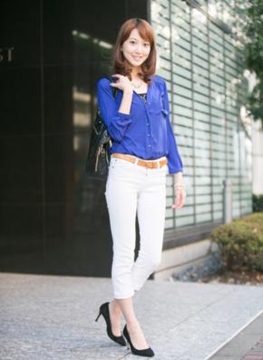 白スキニーパンツにブルーのシャツをコーデする女性