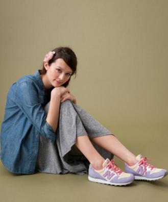 ニューバランスのスニーカーが似合う女性