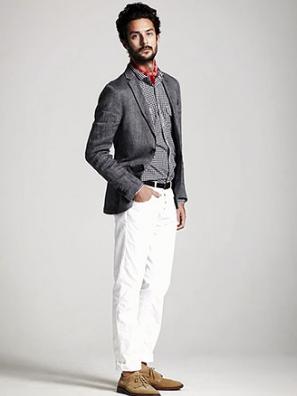グレージャケットに白パンツを合わせる男性