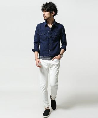 デニムジャケットに白パンツをコーデする男性