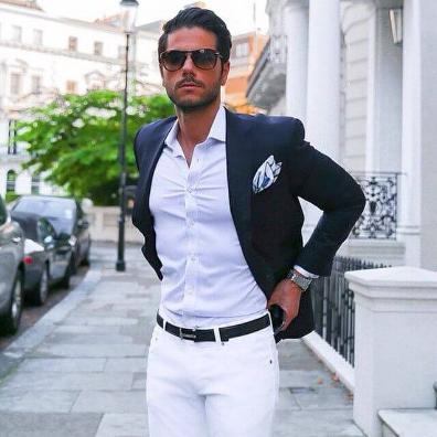 ネイビージャケットにホワイトパンツの王道コーデをキメた男性