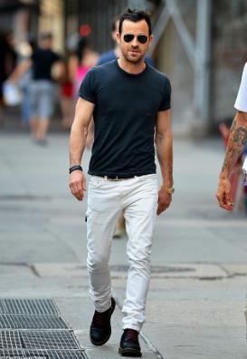 Tシャツに白デニムをコーデする男性