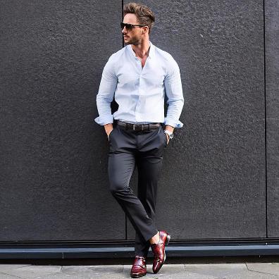 スラックスxドレスシューズに白シャツをコーデする男性