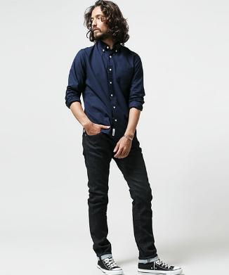 ネイビーシャツxリジットブラックデニムをコーデする男性