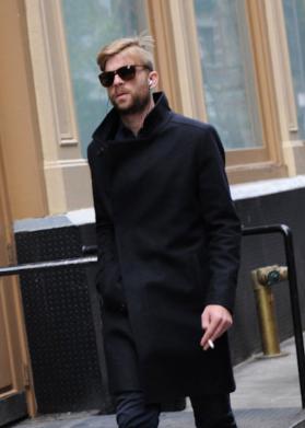 上質なハーフレングスのメルトンコートをコーディネートする男性
