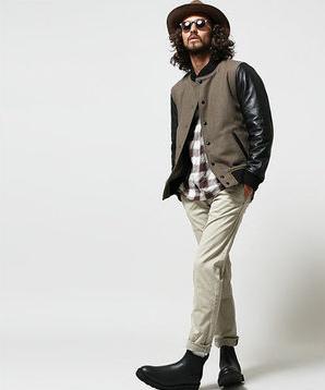 ⑤スタジャンにチェックシャツ、ホワイトデニムにブーツをコーデする男性