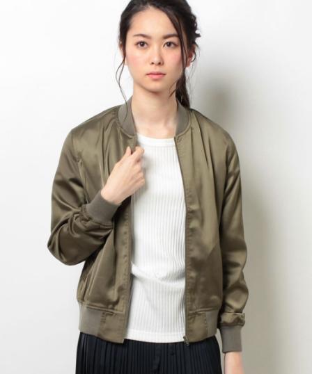 elleのMA-1を着る女性モデル
