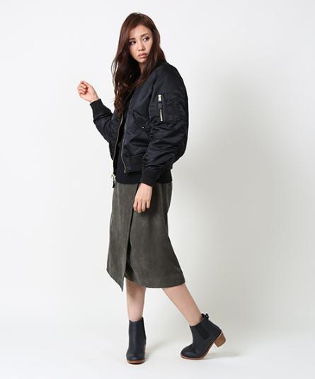 freaks-storeのMA-1を着こむ女性モデル