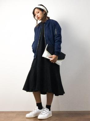 ネイビーのMA-1にフレアスカートをチョイスする女性
