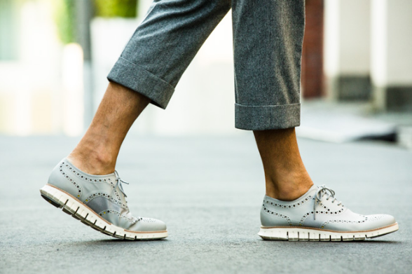 ルナグランドを履く男性の足