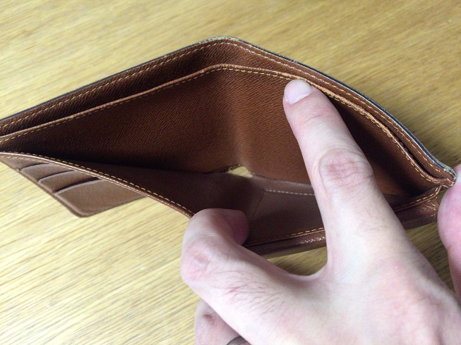 ヴィトン二つ折り財布の札入れスペース