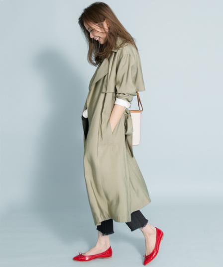 アーバンリサーチ‗サニーレーベルのトレンチにデニムを合わせる女性モデル