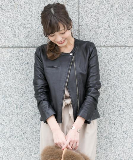 URBAN RESEARCH ROSSOのレディースレザージャケットをコーデする女性モデル
