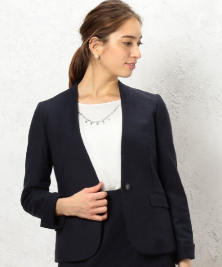 ノーラペルジャガード素材ジャケットをコーデする女性モデル