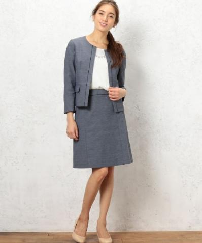 グリーンレーベルのドライオックスジャケットセットアップをきれいに着こなすモデル女性