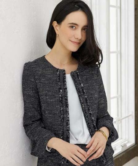 グリーンレーベルのジャケット/ワンピースのセットアップをコーデする女性モデル