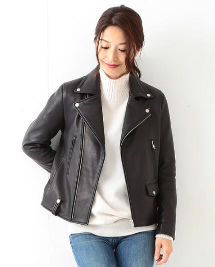BEAMSのレザージャケットをコーデする女性モデル