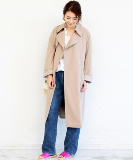 ビューティ&ユースのテロンチコート(ベージュ)をデニムと合わせゆるいコーデをする女性モデル
