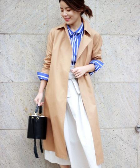 スピック&スパンのキャメルカラーのテロンチコートを着た女性モデル