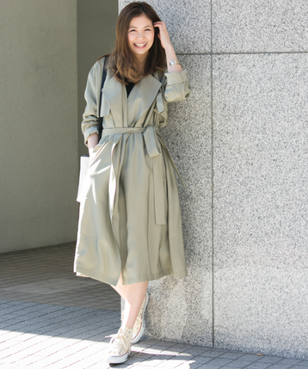 アーバンリサーチ_サニーレーベルのテロンチを着た女性モデル