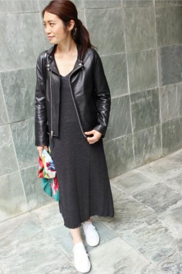 IENAでショット別注のレザージャケットをコーデする女性モデル